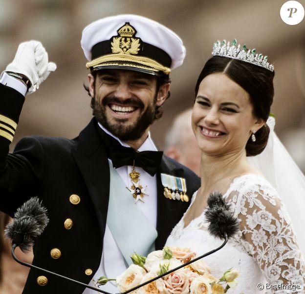 Le prince Carl Philip et sa femme Sofia Hellqvist au balcon du palais royal à la fin de la cérémonie de mariage à Stockholm, le 13 juin 2015.