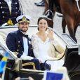 Le prince Carl Philip de Suède et sa femme Sofia Hellqvist dans la calèche après leur cérémonie de mariage au palais royal de Stockholm. Le 13 juin 2015