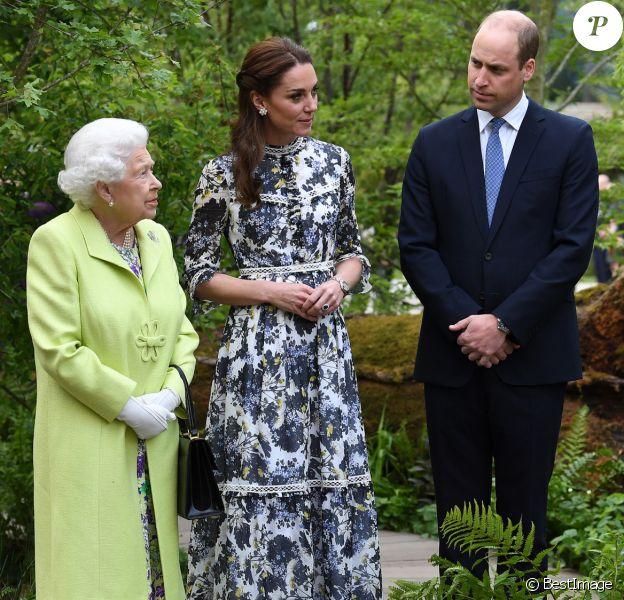 """La reine Elisabeth II d'Angleterre, le prince William, duc de Cambridge, et Catherine (Kate) Middleton, duchesse de Cambridge, en visite au """"Chelsea Flower Show 2019"""" à Londres, le 20 mai 2019."""