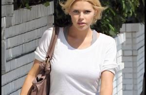 Sophie Monk uniquement vêtue d'un T-shirt... exhibe toujours sa superbe paire de gambettes !