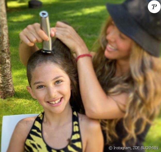 Zoe Buckman rase le crâne de sa fille Cleo, le 15 juin 2020.