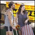 Liv Tyler en balade avec son fils Milo et un mystérieux individu (son nouvel homme?) au marché à Los Angeles
