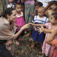 Angelina Jolie-Pitt rencontre des enfants lors de sa visite du camp de réfugiés Ja Mai Kaung Baptist à Myitkyina en Birmanie, le 30 juillet 2015 pour la Maddox Jolie-Pitt Foundation. Angelina Jolie-Pitt est envoyée spéciale du Haut Commissaire des Nations Unies pour les réfugiés.