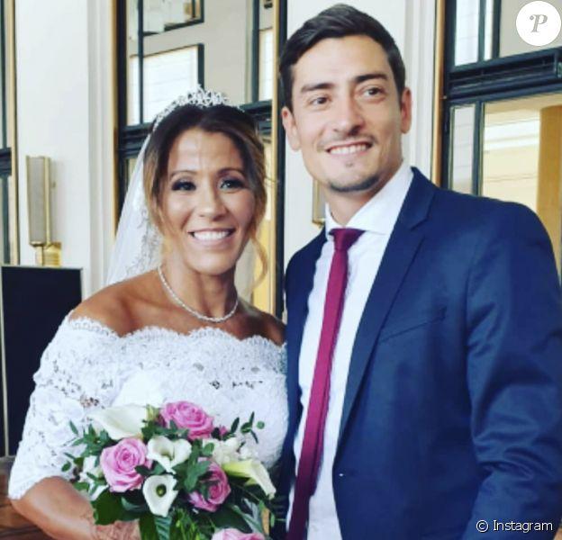 """Naoil, gagnante de """"Koh-Lanta, l'île des héros"""" (TF1), au côté de Claude, finaliste de la même édition, à l'occasion de son mariage célébré en juin 2019 à Puteaux (Hauts-de-Seine)."""