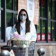 Exclusif - L'actrice de 39 ans, Olivia Munn, avec des gants et un masque de protection contre le coronavirus (Covid-19), fait quelques courses au supermarché à Los Angeles, le 24 juin 2020.