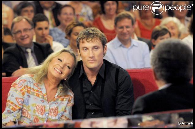 Véronique Sanson et son fils Chris Stills sur le plateau de Michel Drucker. 09/09/09