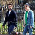 Exclusif - Jesse Tyler Ferguson se rend dans un parc pour chiens à New York avec son mari Justin Mikita. Le 16 mars 2020.