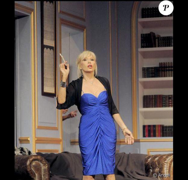 Amanda Lear dans la pièce de théâtre Panique au ministère.