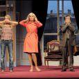 Amanda Lear, Raymond Acquaviva et Camille Hugues dans la pièce de théâtre  Panique au ministère .
