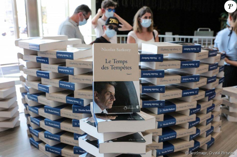 Illustration L Ancien President Nicolas Sarkozy Dedicace Son Nouveau Livre Le Temps Des Tempetes A L Espace Culturel Du Centre Commercial Leclerc Baleone A Aj Purepeople