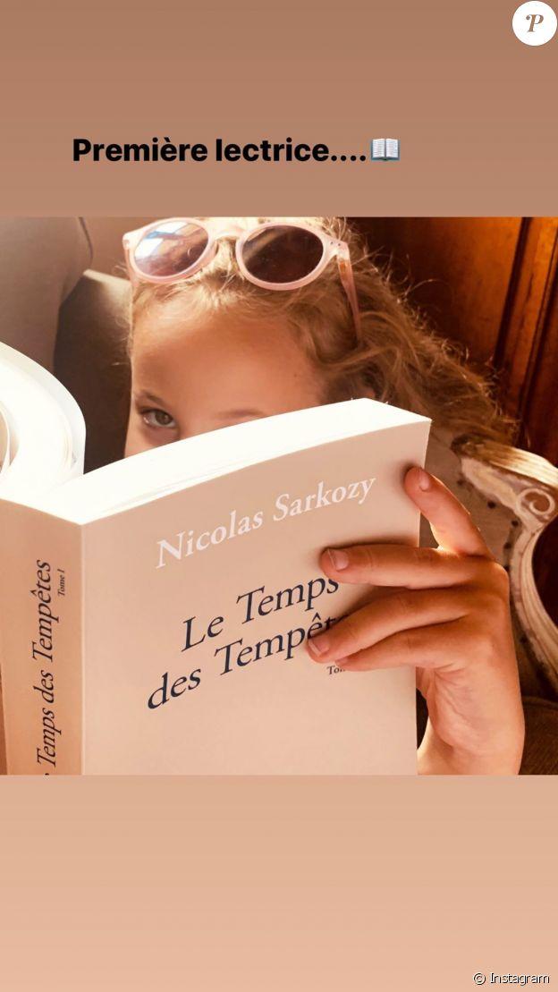 Carla Bruni dévoile une tendre et belle photo de sa fille Giulia, plongée dans les pages du nouveau livre de son père, Nicolas Sarkozy, Le Temps des Tempêtes. Le samedi 25 juillet 2020 sur Instagram.