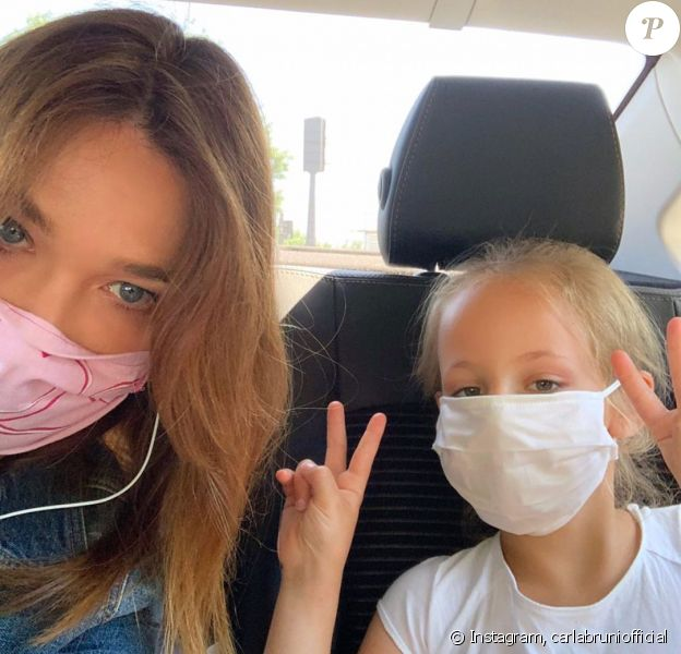 Carla Bruni pose avec sa fille Giulia sur Instagram, le 27 mai 2020.