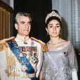 Le Shah d'Iran et son épouse Farah Diba peu de temps après leur mariage célébré en 1959.