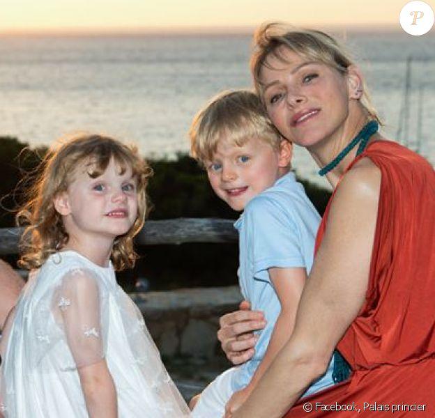 Le prince Albert de Monaco, son épouse Charlene et leurs deux enfants Jacques et Gabriella (5 ans), le 2 juillet 2020, jour des 9 ans de mariage du couple souverain.