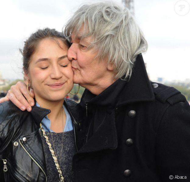 Jacques Higelin et sa fille Izïa manifestent au Trocadéro de Paris. Le 17 avril 2012. @Ammar Abd Rabbo/ABACAPRESS.COM