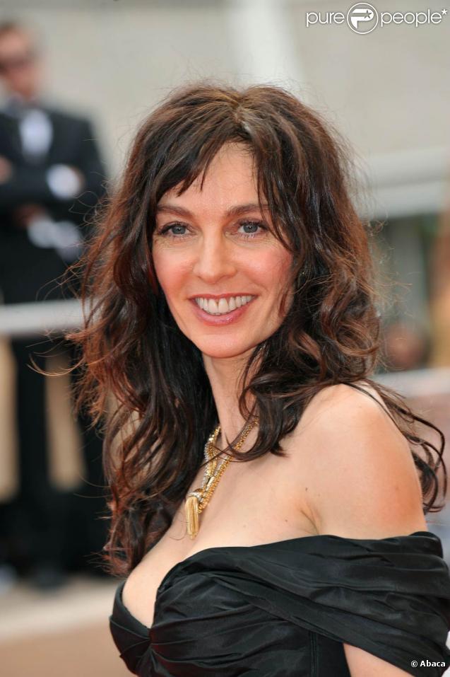 Anne Parillaud, sublime, sur les marches du Festival de Cannes, en mai 2009 !