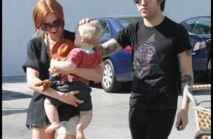 Quand Ashlee Simpson retrouve ses deux hommes, son fils tout mignon et son époux... c'est bisous et sourire !