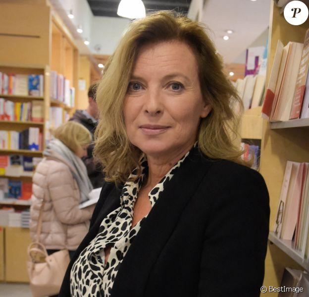 """La journaliste Valérie Trierweiler dédicace son nouveau livre """"On se donne des nouvelles"""" à la librairie Filigranes à Bruxelles, Belgique."""