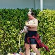 Exclusif - Aubrey O'Day se balade avec ses chiens teints de toutes les couleurs dans les rues de Palm Springs en Californie. Aubrey O'Day accuse les paparazzi d'avoir altéré son poids sur des photos virales... Le 27 aôut 2020
