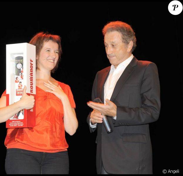 Michel Drucker a fait la surprise à Anne Roumanoff de venir lui remettre un DVD de diamant, le jeudi 10 septembre