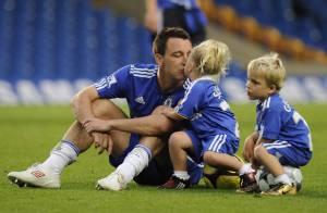 John Terry, la star de Chelsea, en pleine séance de câlins avec ses jumeaux ! Ça aussi... ça demande de l'entraînement !