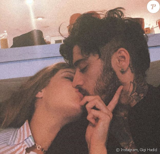 Gigi Hadid et Zayn Malik s'embrassent. Eté 2020.