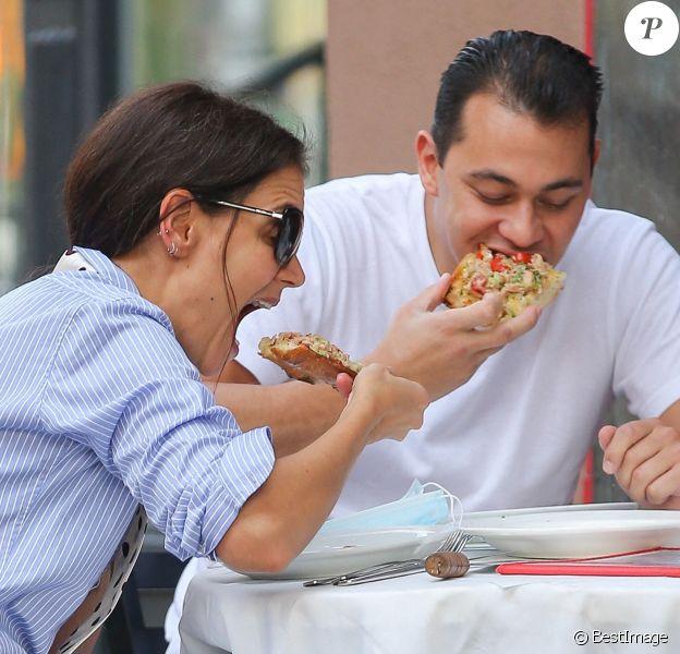 Katie Holmes et son compagnon Emilio Vitolo Jr sont allés déjeuner dans une pizzeria à New York pendant l'épidémie de coronavirus (Covid-19)