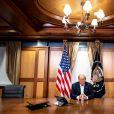 Le président Donald J. Trump en pleine conversation téléphonique avec le vice président Mike Pence, Mike Pompeo et Mark Milley au centre médical militaire national Walter Reed à Bethesda, le 4 octobre 2020