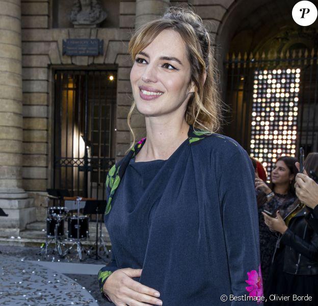 Louise Bourgoin enceinte de son deuxième enfant au défilé L'Oreal Paris à la Monnaie de Paris pendant la fashion week. © Olivier Borde / Bestimage