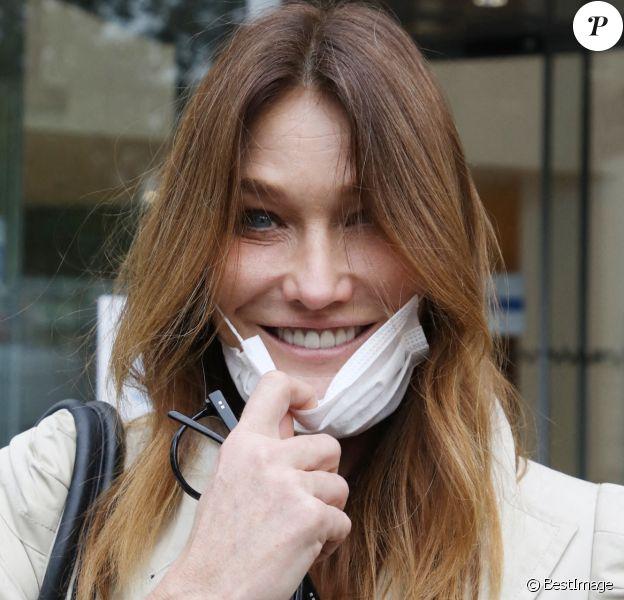 Carla Bruni-Sarkozy arrive à la radio RTL pour la promotion de son nouvel album éponyme.