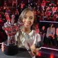 Rebecca gagnante de The Voice Kids saison 7, immortalisée par Nikos Aliagas.