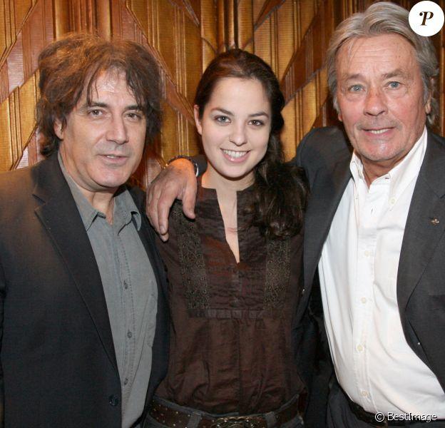 """Eric Assous avec Alain Delon et sa fille Anouchka - Dîner au Café Opéra Capucines, après la première du film """"Trésor"""" à Paris."""