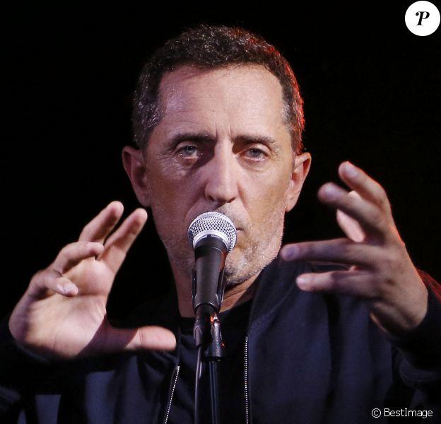 """Gad Elmaleh présente en avant-première son album dans lequel il interprète les grands succès de Claude Nougaro lors d'un concert privé sur la péniche """"Maison Claude Nougaro"""" à Toulouse."""