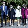 """La famille royale d'Espagne visite le site de la Fpabrica dans le cadre de la cérémonie de remises de prix """"Princesse des Asturies"""" à Oviedo le 15 octobre 2020. Le roi Felipe VI et la reine Letizia ont visité les installations avec leurs filles : la princesse Leonor (robe verte) et l'infante Sofia (robe noire)."""