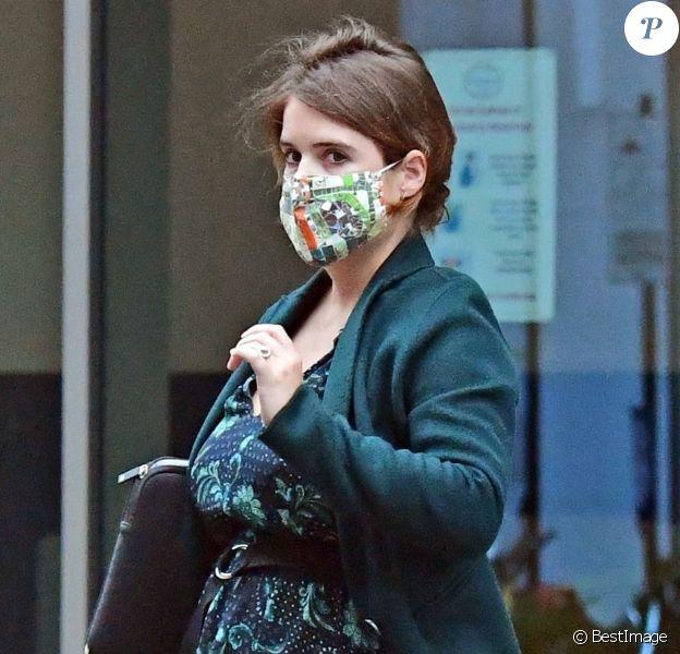 Exclusif - La Princesse Eugenie d'York, enceinte (en robe Claudie Pierlot), se promène dans le quartier de Mayfair à Londres, automne 2020.