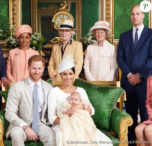 Meghan Markle, duchesse de Sussex, et le prince Harry en famille lors du baptême de leur fils Archie Mountbatten-Windsor dans le Salon Vert au château de Windsor, entourés de la duchesse Camilla de Cornouailles, la duchesse Catherine de Cambridge, le prince Charles, Doria Ragland, Lady Jane Fellowes, Lady Sarah McCorquodale et le prince William, photographiés par Chris Allerton. ©Chris Allerton/SussexRoyal/PA Photos/Bestimage