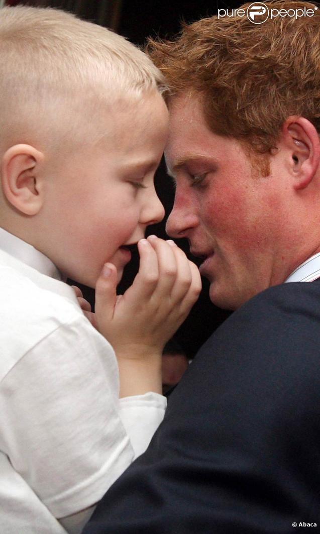 Le prince Harry rencontre des lauréats des WellChild Children's Health Awards, à l'Intercontinental Park Lane de Londres, le 28 septembre 2009