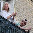 Exclusif - Flavie Flament et son fils Enzo Castaldi sont au balcon de leur domicile pour applaudir le personnel soignant en première ligne face à l'épidémie de Coronavirus (Covid-19) à Paris le 12 avril 2020.