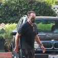 Exclusif - Arnold Schwarzenegger termine sa balade à vélo et se dirige vers l'hôtel Fairmont de Santa Monica le 17 octobre 2020. L'ancien gouverneur de Californie semble perdre ses cheveux alors qu'il se dirige vers l'hôtel.