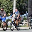 Exclusif - Arnold Schwarzenegger et sa compagne Heather Milligan font du vélo avec un ami dans le quartier de Santa Monica à Los Angeles pendant l'épidémie de coronavirus (Covid-19), le 4 octobre 2020