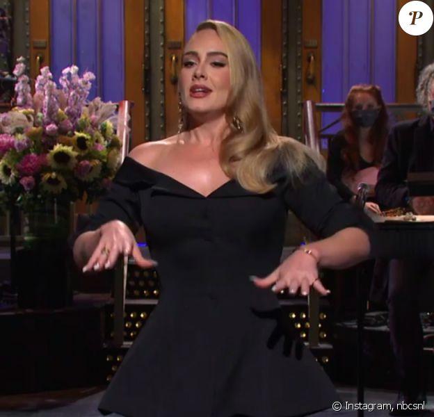 """Adele amincie dans l'émission """"Saturday Night Live"""", octobre 2020."""