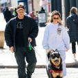 Exclusif - Emily Ratajkowski et son mari Sebastian Bear-McClard promènent leur chien Colombo à New York le 16 mars 2020.
