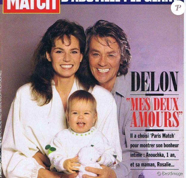 Couverture de Paris Match Alain Delon, sa femme Rosalie et leur fille Anouchka