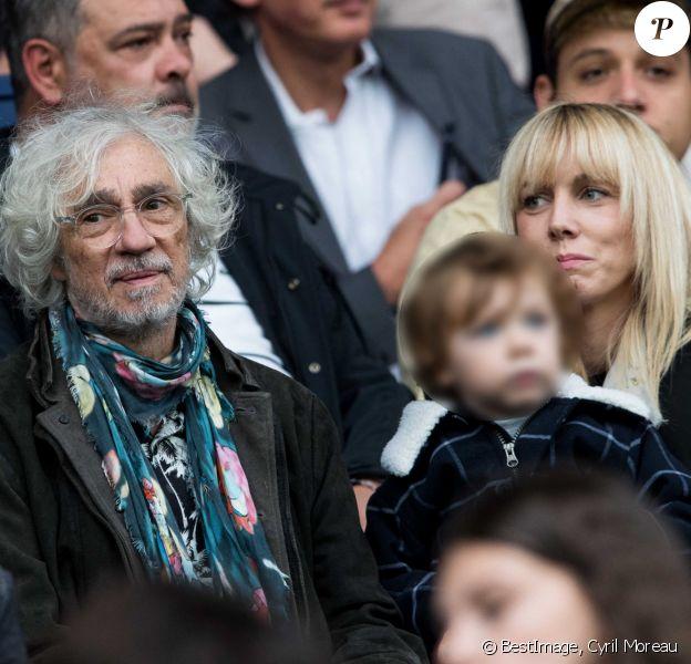 """Louis Bertignac avec sa compagne Laetitia et leur fils Jack dans les tribunes lors du match de Ligue 1 """"PSG - Angers (4-0)"""" au Parc des Princes à Paris, il y a un an © Cyril Moreau/Bestimage"""
