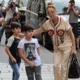 Céline Dion s'est rendue chez l'opticien Meyrowitz avec ses jumeaux Eddy et Nelson pour s'acheter une paire de lunettes de soleil avant de rentrer à l'hôtel Royal Monceau à Paris