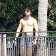 Thomas Bates, le nouveau mari d'Orianne Cevey, torse nu dans la demeure de Phil Collins. Miami Beach. Le 14 novembre 2020. @Splash News/ABACAPRESS.COM