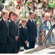 Earl Spencer, le prince William, le prince Harry et le prince Charles aux funérailles de Diana à Londres en 1997.