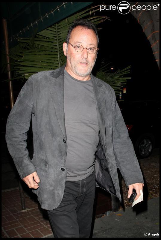Jean Reno rentre à son hôtel après avoir diné au restaurant Madeo, à Beverly Hills. 04/10/09