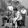 La reine Elizabeth II et l'un de ses corgis lors d'une séance photo en famille à Frogmore House en 1968, avec le duc d'Edimbourg, la princesse Anne, le prince Charles, le prince Edward (sur le banc) et le prince Andrew.