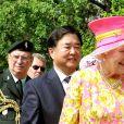 La reine Elizabeth II heureuse de rencontrer un propriétaire de corgi en juillet 2010 à Winnipeg au Canada.